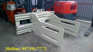 xe nâng 3 tấn lắp bộ kẹp bìa carton